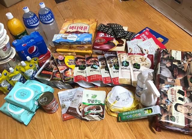 入国時の自宅隔離の際に国から差し入れされるという食料やマスク(提供:橋本道七三)