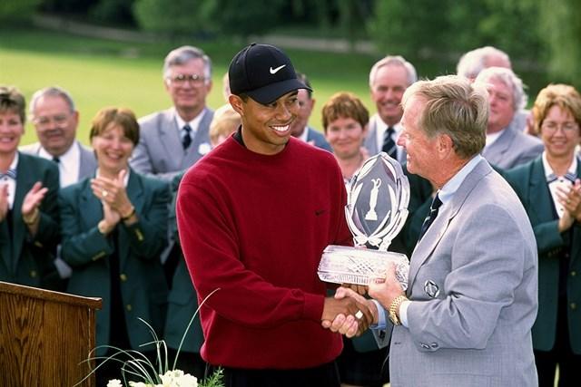 ウッズは2001年にメモリアルトーナメント3連覇を達成。大会ホストのジャック・ニクラスからトロフィを受け取った(Stan Badz PGA/Getty Images)