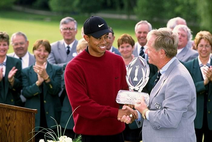 ウッズは2001年にメモリアルトーナメント3連覇を達成。大会ホストのジャック・ニクラスからトロフィを受け取った(Stan Badz PGA/Getty Images) タイガー・ウッズ ジャック・ニクラス