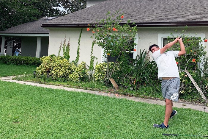 滞在先の庭で素振りなどの調整を行った(※提供写真) 2020年 小斉平優和