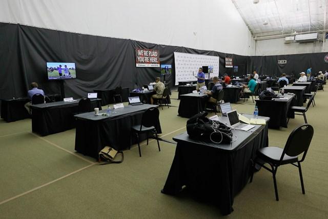 2020年 チャールズ・シュワブチャレンジ 事前 メディアセンター コロニアルCCのメディアセンターは例年通り屋内のテニスコートに設置。間隔を取って机を設置した (Tom Pennington/Getty Images)
