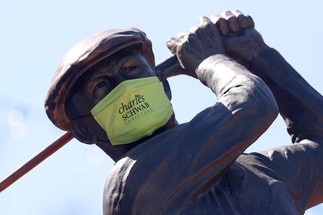 2020年 チャールズ・シュワブチャレンジ 事前 コロニアルCCのベン・ホーガン像 コロニアルCCにあるベン・ホーガンの像もマスク姿に (Tom Pennington/Getty Images)