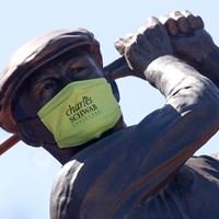 コロニアルCCにあるベン・ホーガンの像もマスク姿に (Tom Pennington/Getty Images) 2020年 チャールズ・シュワブチャレンジ 事前 コロニアルCCのベン・ホーガン像