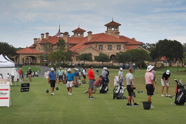 再開初戦に備えTPCソーグラスで練習する下部ツアーの選手ら(Stan Badz/PGA TOUR via Getty Images)