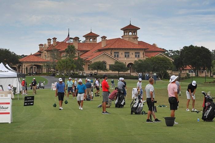 再開初戦に備えTPCソーグラスで練習する下部ツアーの選手ら(Stan Badz/PGA TOUR via Getty Images) 2020年 コーンフェリーチャレンジ 事前 TPCソーグラス練習場