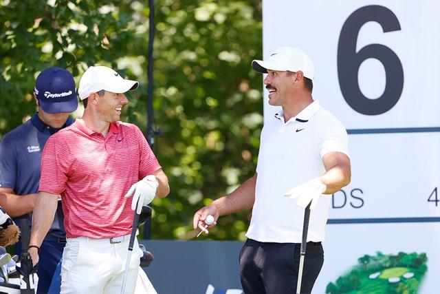 PGAツアー再開。談笑するマキロイ(左)とケプカ(Tom Pennington/Getty Images)