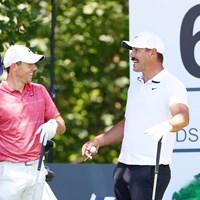 PGAツアー再開。談笑するマキロイ(左)とケプカ(Tom Pennington/Getty Images) 2020年 チャールズ・シュワブチャレンジ 初日 ロリー・マキロイ ブルックス・ケプカ