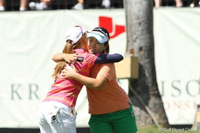 最終ラウンドは同じ組でプレーした上田と宮里美香。米ツアーメンバー同士、これからも良い戦友だ