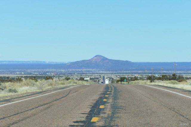 フェニックスからグランドキャニオンへ続く荒涼としたハイウェイ