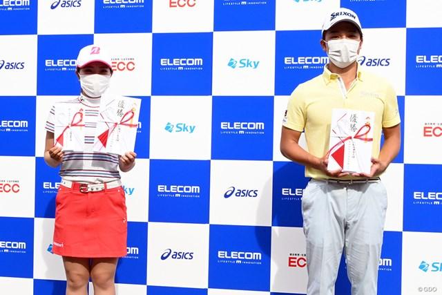 優勝した古江彩佳(左)と香妻陣一朗。ソーシャルディスタンスを意識して少し離れて記念撮影