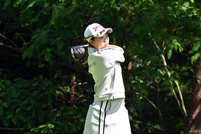 渋い表情を見せながらティショットを放つ浅井咲希 2020年 医療従事者支援チャリティゴルフカップ 最終日 浅井咲希