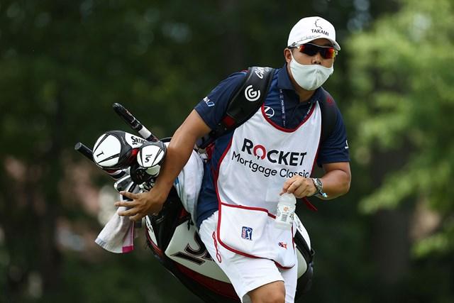 早藤将太キャディはマスク姿で松山をサポート(Gregory Shamus/Getty Images)