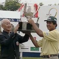 1997年のシンガポールオープンで優勝トロフィを掲げる ゾー・モウ