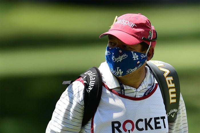 ブライアン・スチュワードのキャディを務めるトッド・モントーヤはドジャース柄のマスク姿(Stacy Revere/Getty Images) 2020年 ロケットモーゲージ・クラシック  3日目 ブライアン・スチュワードのキャディ