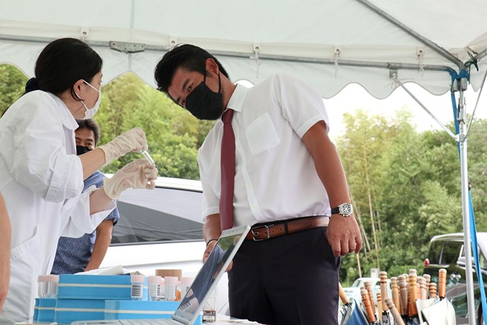 PCR検査について説明を受ける池田勇太(提供:JGTO) 2020年 ゴルフパートナーエキシビショントーナメント 事前 池田勇太