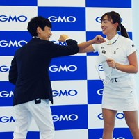 GMOインターネットグループ代表取締役兼社長の熊谷正寿氏と肘タッチする脇元華(右) 脇元華