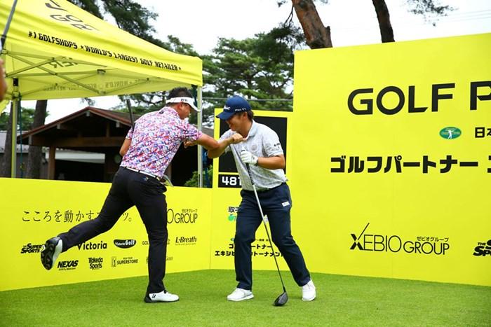 ひじで失礼します(提供:JGTO/JGTO images) 2020年 ゴルフパートナー エキシビショントーナメント(非公式) 事前 片岡大育