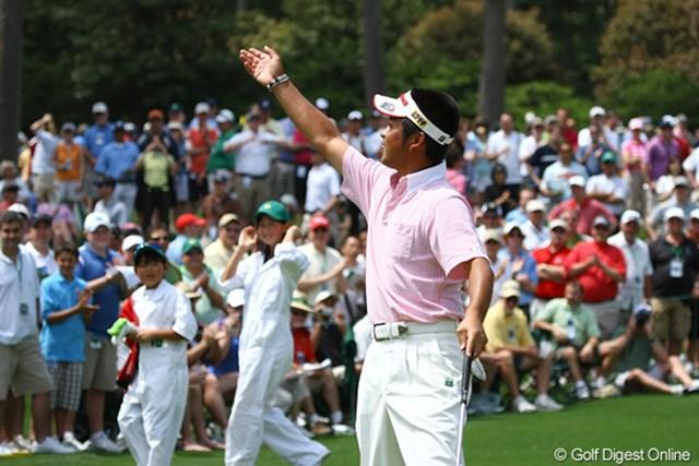 2010年 マスターズ事前 池田勇太 カラーボールをギャラリーに投げ入れるなど初出場のパー3コンテストを楽しんだ池田勇太