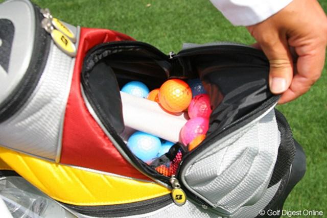2010年 マスターズ事前 カラーボール 勇太のキャディバッグにはプレゼント用のカラーボールがどっさり