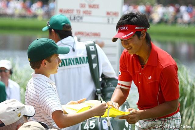 2010年 マスターズ事前 石川遼 子供の目をじっと見てサインをする石川遼