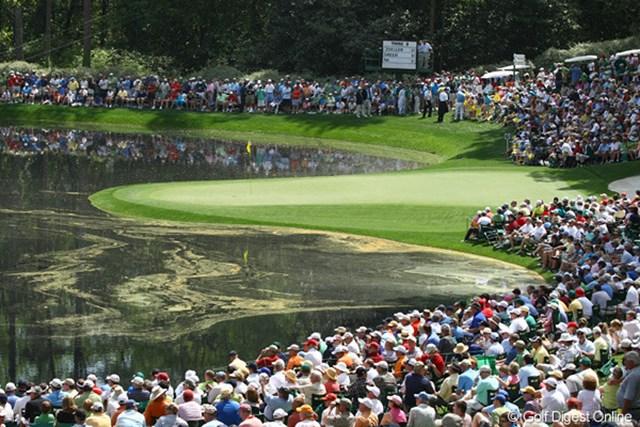 2010年 マスターズ事前 綺麗?きたない? 池の水面には黄色い松の花粉が…