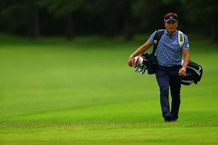 47歳、担ぎます(提供:JGTO/JGTO images) 2020年 ゴルフパートナー エキシビショントーナメント(非公式) 最終日 宮本勝昌