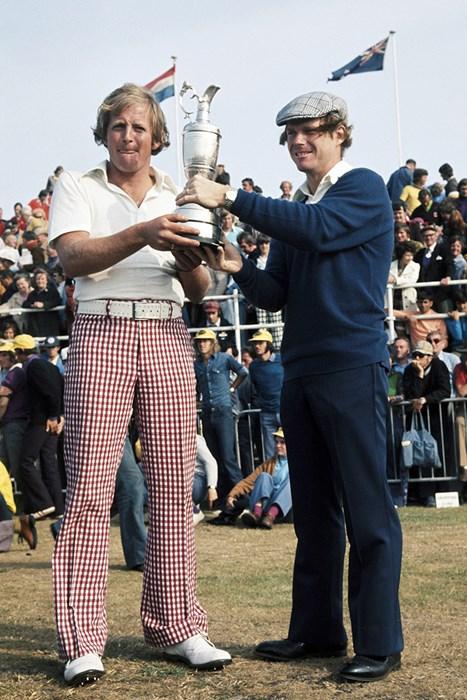 ワトソン(右)とニュートン。名勝負を演じた2人が健闘をたたえてクラレットジャグを掲げた(Peter Dazeley/Getty Images) トム・ワトソン ジャック・ニュートン