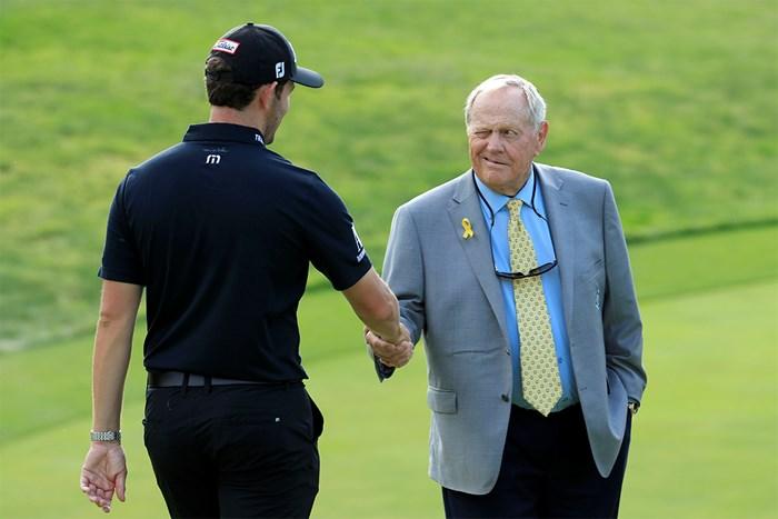 表彰式でジャック・ニクラス(右)は優勝者と握手※写真は2019年「メモリアルトーナメント 」(Andy Lyons/Getty Images) 2020年 ジャック・ニクラス