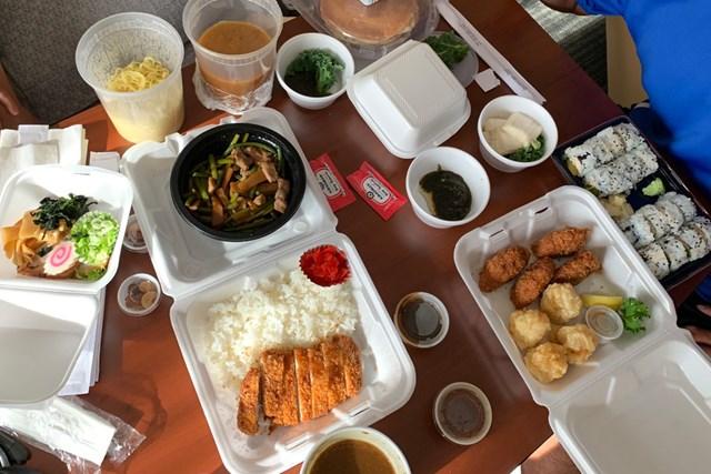 日本食レストランでテイクアウト。チーム松山は毎晩ドライブスルーか出前、テイクアウト