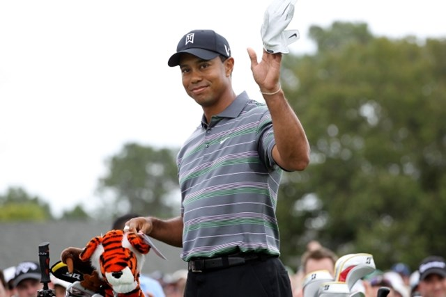 2010年 マスターズ初日 タイガー・ウッズ スタートホールでパトロンの大歓声に迎えられたタイガー・ウッズ (Jamie Squire /Getty Images)
