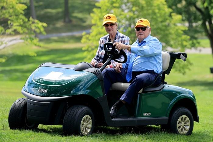 ジャック・ニクラス(右)とバーバラ夫人(Sam Greenwood/Getty Images) 2020年 ザ・メモリアルトーナメント  最終日 ジャック・ニクラス