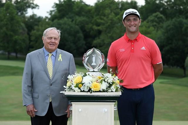 大会ホストのニクラスに勝利をたたえられたジョン・ラーム(Jamie Squire/Getty Images)