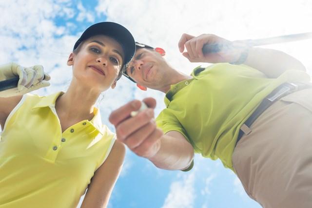 夫婦でゴルフをするとケンカしやすいとよく言われるが…(画像:Kzenon/PIXTA)