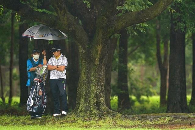 森本キャディは6月のアース・モンダミンカップで成田美寿々のバッグを担いだ(Ken Ishii/Getty Images)