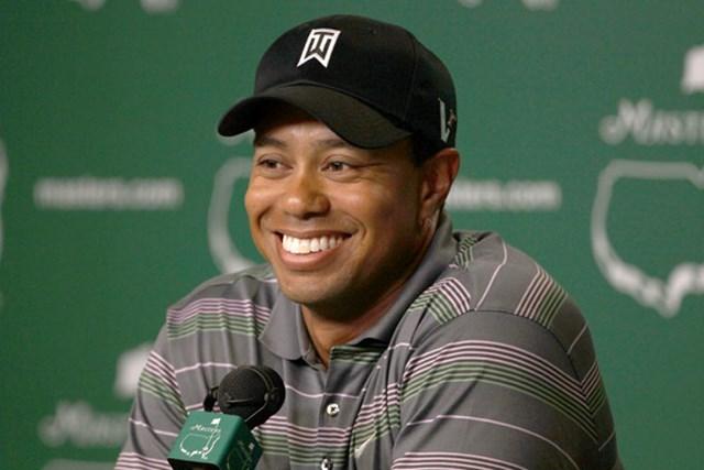 2010年 マスターズ初日 タイガー・ウッズ ホールアウト後の公式会見に笑顔で臨んだタイガ・ウッズ(Andrew Redington /Getty Images)