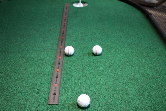 カップインする幅に開けた目印の間にボールを通す。シンプルながら効果的なドリル