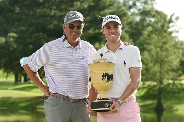 父でコーチのマイクと喜びを分かち合うトーマス(Stacy Revere/Getty Images)