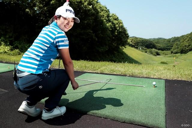 練習場ではマットの上にスティックを置いて練習している吉川プロ