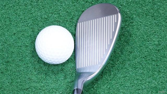 プロギア 0 ウェッジを筒康博が試打「ゴルフを教えてくれる先生」 スコアラインの間に施されたミーリングは下側ほどくっきり見える