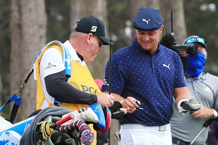 シャフトが折れるハプニングも。デシャンボーはスペアのシャフトを使い2アンダー( Tom PenningtonGetty Images) 2020年 全米プロゴルフ選手権 初日 ブライソン・デシャンボー