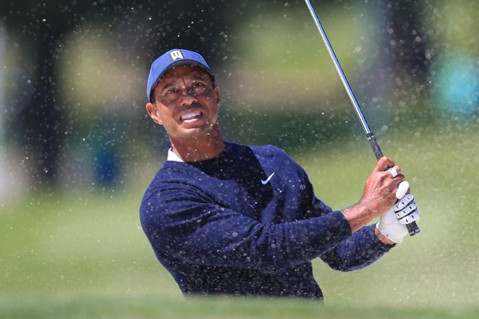 バンカーショットを放つウッズ(Tom Pennington/Getty Images) 2020年 全米プロゴルフ選手権  2日目 タイガー・ウッズ