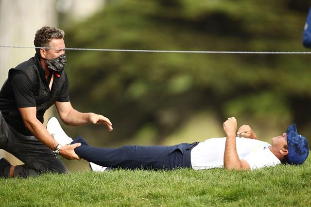 12番で寝転んでケアを受けるケプカ(Ezra Shaw/Getty Images)