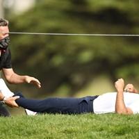 12番で寝転んでケアを受けるケプカ(Ezra Shaw/Getty Images) 2020年 全米プロゴルフ選手権 2日目 ブルックス・ケプカ