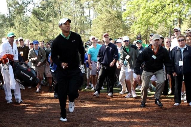 2010年 マスターズ2日目 タイガー・ウッズ 1番でティショットを左に曲げるが、ここからパーをセーブ。2打目の行方を走って見に行くタイガー(Andrew Redington /Getty Images)