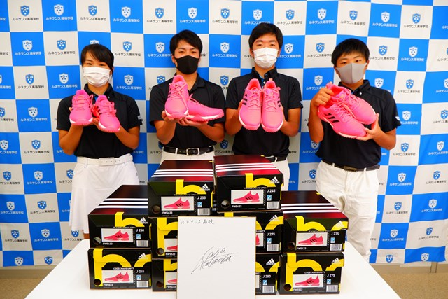 鮮やかなシューズを手にするルネサンス高ゴルフ部員(画像提供アディダスゴルフ)