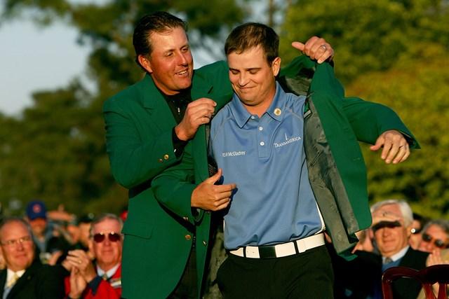 2007年 マスターズ 最終日 フィル・ミケルソン ザック・ジョンソン 2007年大会ではフィル・ミケルソンにグリーンジャケットを着せてもらったザック・ジョンソン。感動的な表彰式も粛々と行われることになりそう (Harry How/Getty Images)