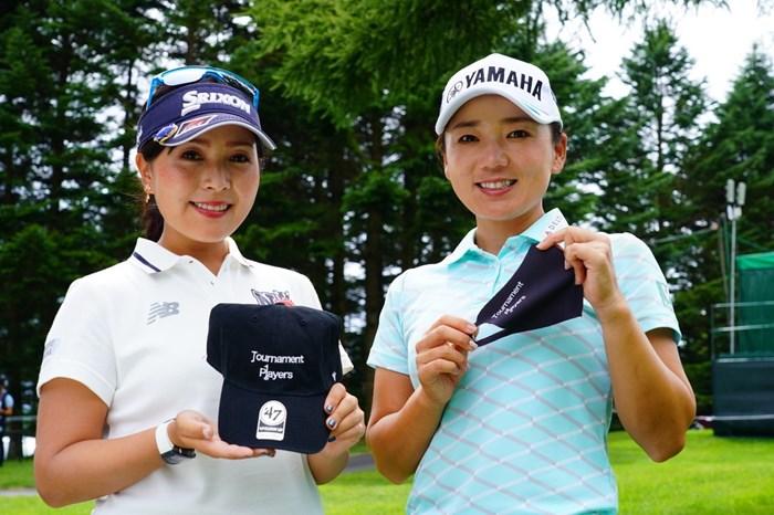 チャリティ返礼品のキャップとマスクを手にする2人(代表撮影) 2020年 NEC軽井沢72ゴルフトーナメント 事前 青木瀬令奈と有村智恵