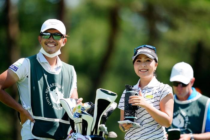 ナイスコンビだね!(代表撮影:岡沢裕行) 2020年 NEC軽井沢72ゴルフトーナメント 初日 青木瀬令奈