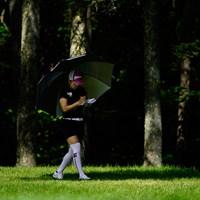 日陰を歩く(代表撮影:鈴木祥) 2020年 NEC軽井沢72ゴルフトーナメント 初日 青山加織
