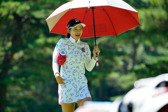 きゃー冷たい~(代表撮影:鈴木祥) 2020年 NEC軽井沢72ゴルフトーナメント 2日目 松田鈴英